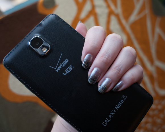 the plastic faux-leather appearance of the back of the samsung galaxy note 3